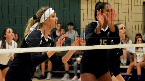 Ashley Taylor (left) and Jazlyn Rozier defend the net.